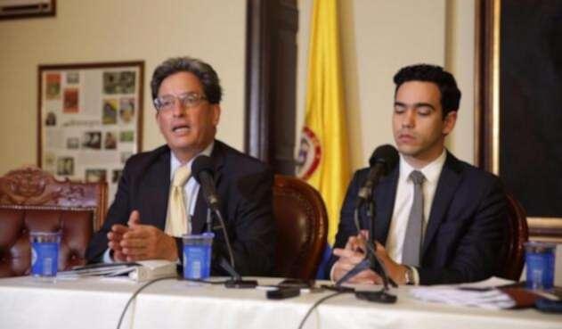 El ministro de Hacienda, Alberto Carrasquilla y el viceministro, Luis Alberto Rodríguez.