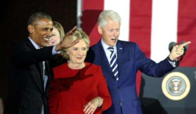 Barack Obama y los esposos Clinton