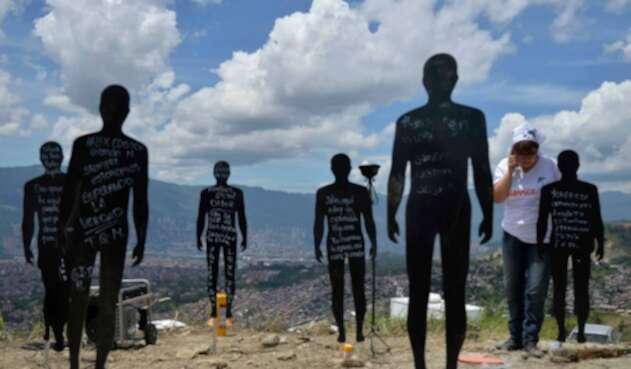 El acto simbólico que se hizo en La Escombrera, en Medellín, considerada la fosa común más grande del país. Lo llevaron a cabo familiares de las personas desaparecidas