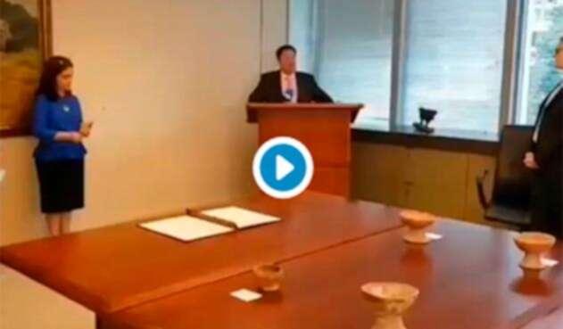 Francisco Santos, embajador de Colombia en Estados Unidos, en Washington durante la entrega de 38 piezas precolombinas