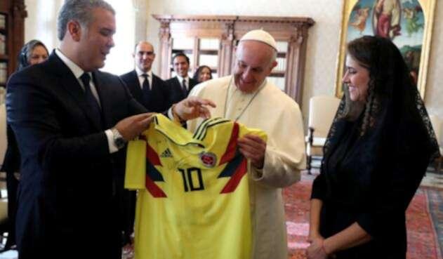 El papa Francisco junto al presidente Iván Duque y su esposa María Juliana Ruiz, el 22 de octubre de 2018 en el Vaticano