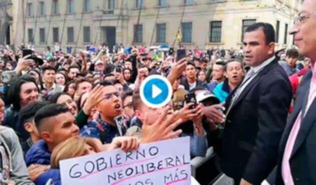 Gustavo Petro en medio de la marcha estudiantil, en Bogotá