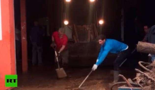 Rafael Nadal ayudado a la remoción de escombros en Mallorca.