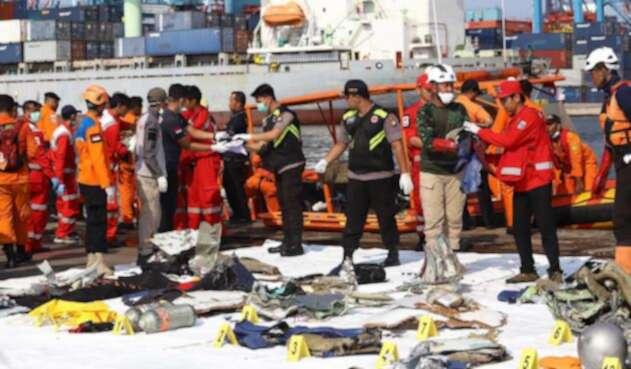 Rescatistas recuperan restos del avión accidentado de Lion Air