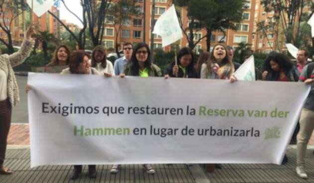 Ante la CAR un grupo de ciudadanos protestó para reclamar la protección de la Reserva Thomas Van Der Hammen.