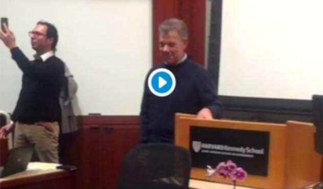 El expresidente Juan Manuel Santos al terminar su clase en la Universidad de Harvard