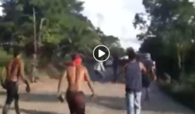 Campesinos en Tibú (Norte de Santander) increpando a soldados del Ejército Nacional