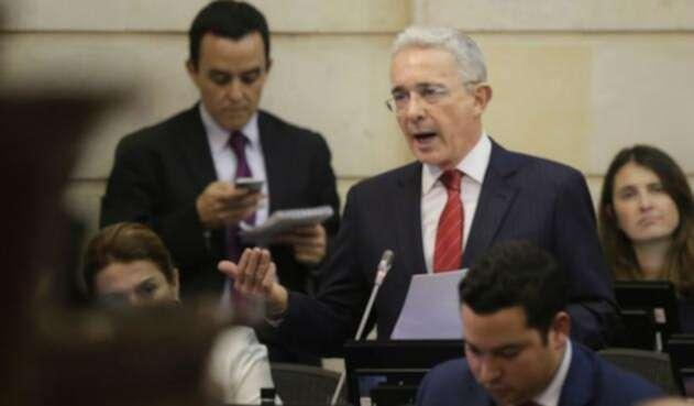 El senador Uribe negó que este proyecto sea un método de compensación a la propuesta del Gobierno de gravar con IVA los productos de la canasta familiar.