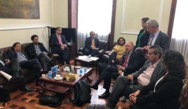 Álvaro Uribe y Gustavo Petro reunidos con homólogos del partido Farc en la oficina del senador Ernesto Macías