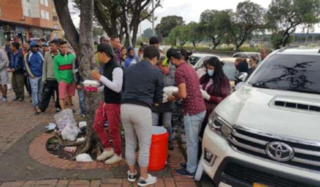 Con unos almuerzos varios ciudadanos se han acercado a brindar una mano a los venezolanos que llegan a Bogotá.