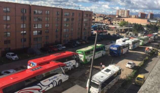 Buses parquean sobre Av Carrera 80 en Kennedy