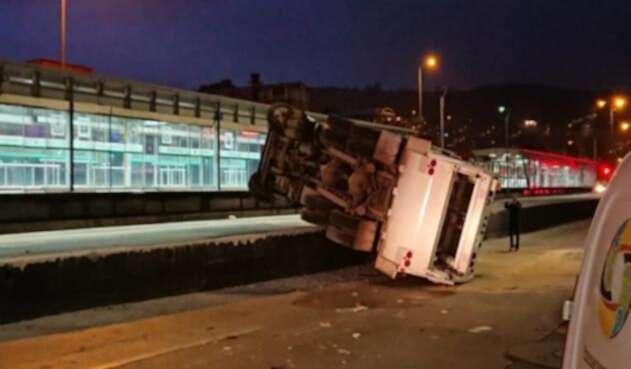Camión de basura quedó en medio del carril mixto y de Transmilenio