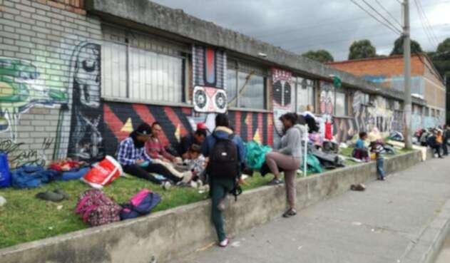 Venezolanos desalojados en inmediaciones de la Terminal de Trasportes de Bogotá.