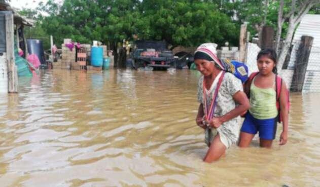 Habitantes de Uribia en La Guajira están bajo el agua.