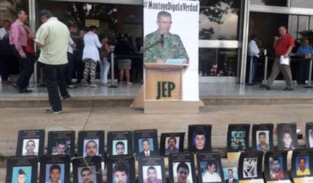 Plantón en Medellín para exigir verdad al general Mario Montoya.