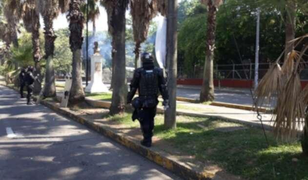 Esmad llega a la Universidad del Valle para hacer frente a bloqueos.
