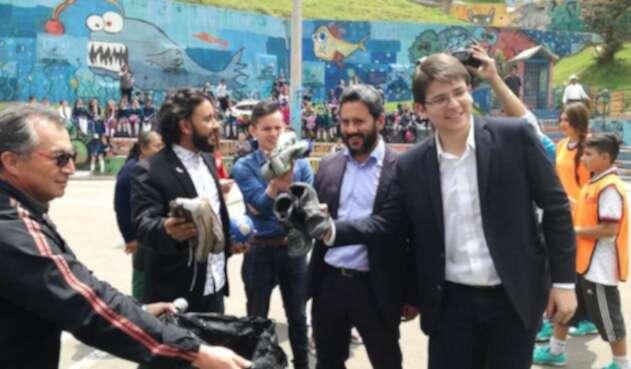 Secretarios de Seguridad y Gobierno durante campaña para descolgar tenis de los cables