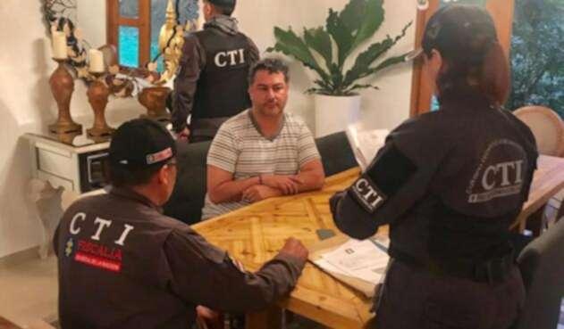 Momento en el que el alcalde de Barbosa, Antioquia es capturado.