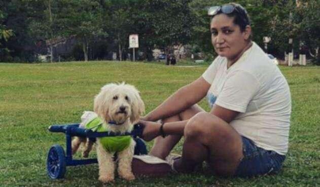 Jazmín Arévalos junto a uno de sus perros