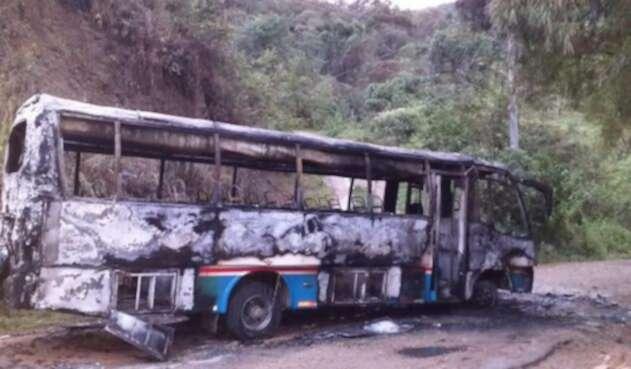 Bus incinerado en jurisdicción de Pandi, Cundinamarca