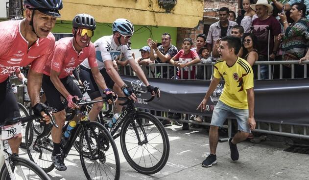Chris Froome animado por un aficionado colombiano durante el 'Giro de Rigo'