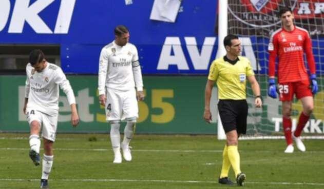 Jugadores del Real Madrid se lamentan tras la goleada sufrida con el Eibar