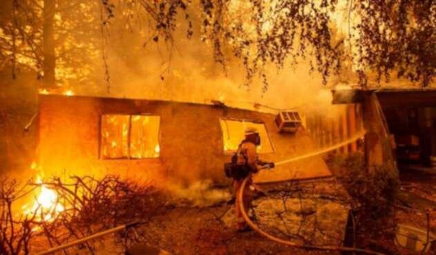 Bomberos en los trabajos de control de los incendios en California