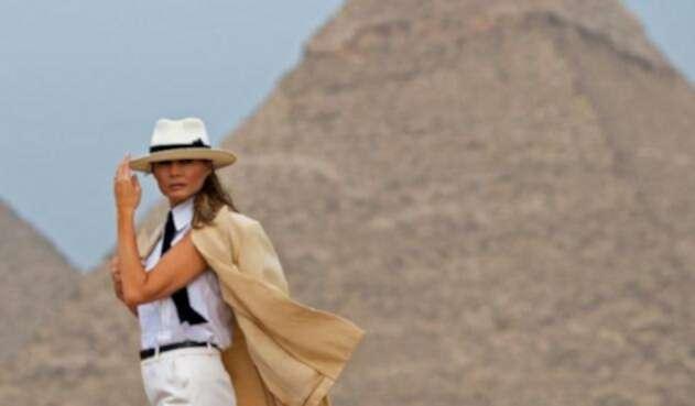 Melania visita las famosas pirámides de Guiza en Egipto.