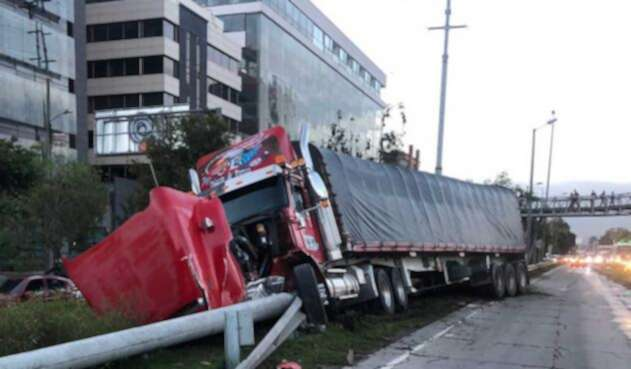 Accidente de tractomula en autopista norte