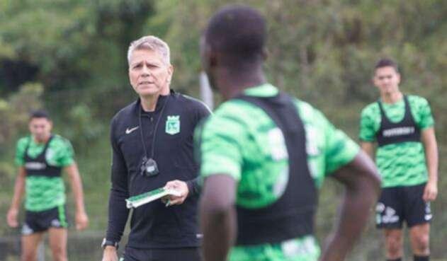 Paulo César Autuori dirige un entrenamiento de Atlético Nacional