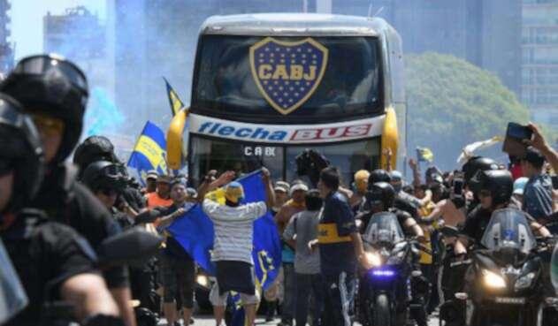 Conmebol reprogramó hora de la final entre Boca Juniors y River Plate tras los desmanes a las afueras del estadio El Monumental.