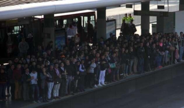Ciudadanos esperando el bus de Transmilenio