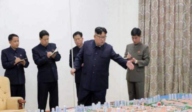 """El líder norcoreano Kim Jong Un supervisó las pruebas de una nueva arma de """"alta tecnología""""."""
