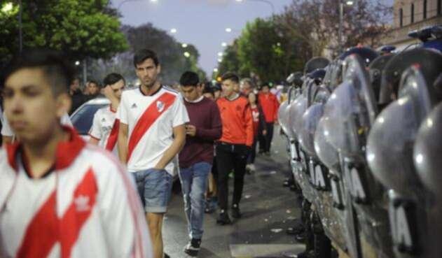 Luego de la suspensión de la final entre Boca y River se presentaron enfrentamientos a las afueras del estadio Monumental.