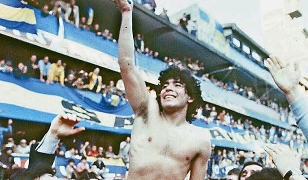 3. Diego Armando Maradona. Es un símbolo no solo del fútbol argentino sino de Boca Juniors. En 1981, al llegar al equipo de sus amores, ganó su único título al obtener el Metropolitano. Al retornar a Argentina en 1995 volvió al club donde concluyó su carrera dos años más tarde.