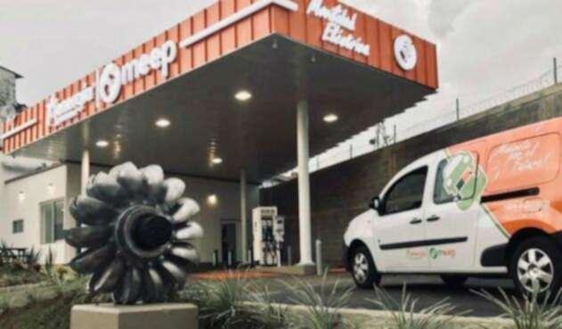 La electrolinera instalada en Pereira cuenta con unos panales solares que sirven también a la estación.