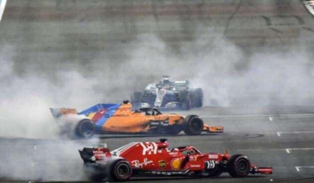 Fernando Alonso, despedido de la Fórmula Uno en el Gran Premio de Abu Dabi, en Emiratos Árabes Unidos, por los pilotos Lewis Hamilton y Sebastian Vettel