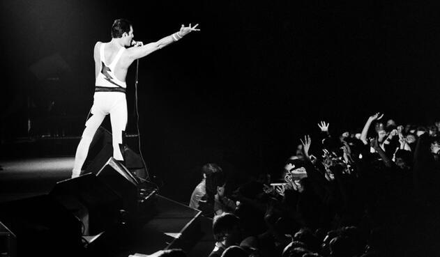 """3. Freddie Mercury tiene uno de los homenajes más curiosos de la historia. Un asteroide lleva su nombre. En 2016, cuando el cantante hubiese cumplido 70 años, la Unión Astronómica Internacional cambió el nombre del asteroide """"17473"""" por """"Freddiemercury 17473"""". La solicitud de cambio del nombre del asteroide la hizo Brian May, el guitarrista de Queen, quien además de ser músico es astrofísico."""