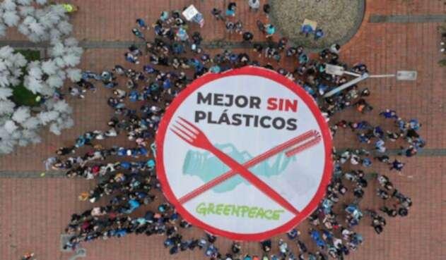 Desde las nueve de la mañana de este domingo, cientos de personas se reunieron en Bogotá para alertar sobre la contaminación plástica que vive Colombia, una iniciativa liderada por Greenpeace.
