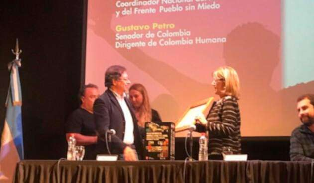 El senador Gustavo Petro recibiendo el título de profesor honorario de la Universidad Nacional de Lanús, en Argentina