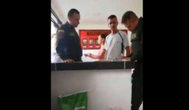 Hombre agrede a policía