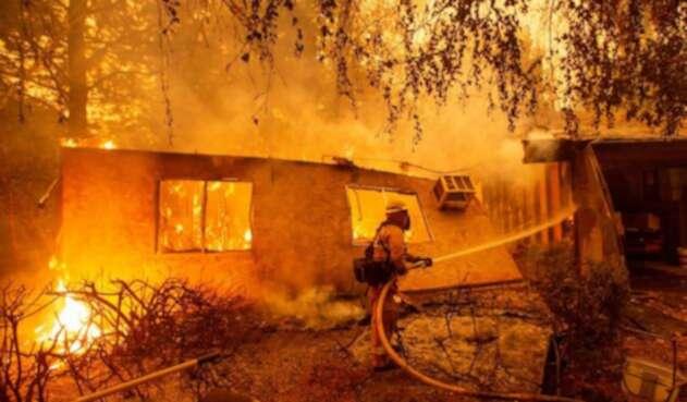 Incendios forestales en California dejan varios muertos y miles de evacuados.