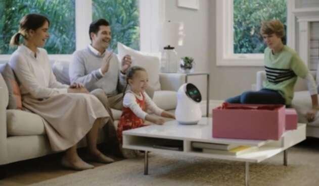 Una familia prueba un robot inteligente en su hogar