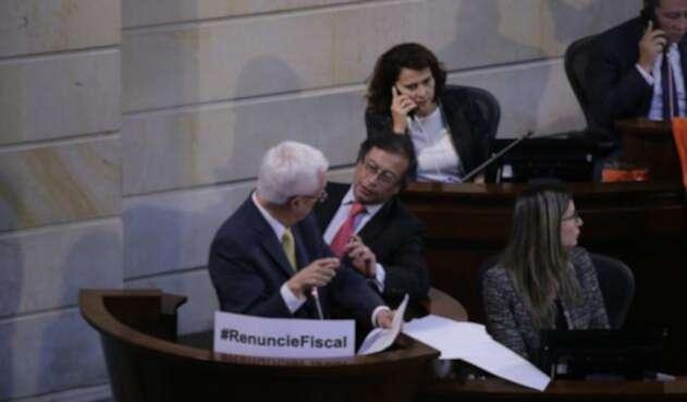 Los senadores Jorge Robledo y Gustavo Petro durante el debate a Néstor Humberto Martínez en el Congreso de la República