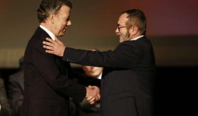 Juan Manuel Santos y Rodrigo Londoño, alias 'Timochenko', el 24 de noviembre de 2016