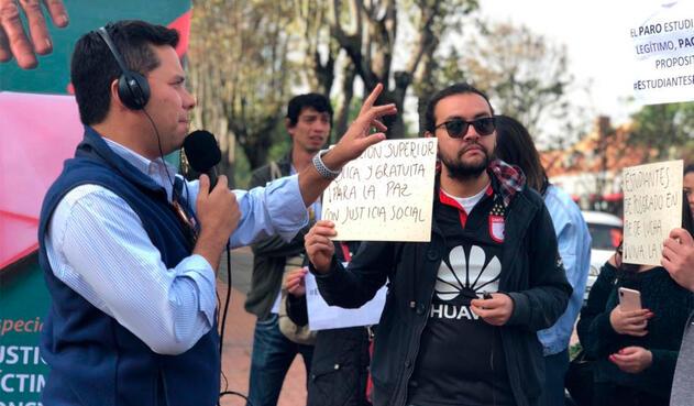 Luis Carlos Vélez con los estudiantes que protestaron frente a RCN Radio, en Bogotá