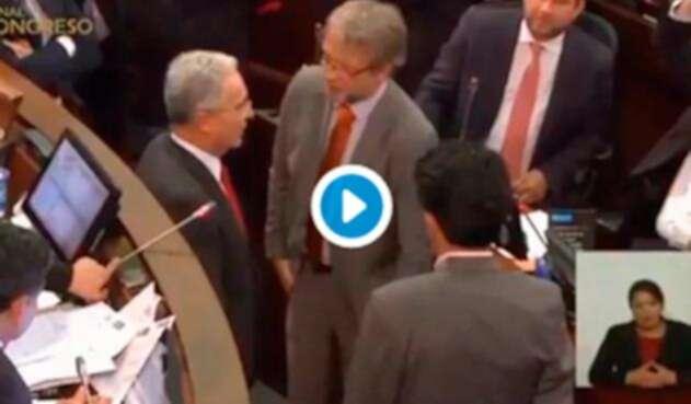 Los senadores Álvaro Uribe, Antanas Mockus y Alberto Castilla en el ejercicio de confianza hecho en el Congreso de la República, en Bogotá