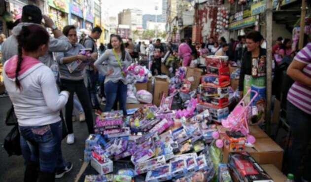 Venta de juguetes en Navidad en el centro de Bogotá