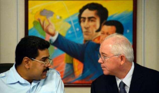 Nicolás Maduro, presidente de Venezuela, junto a Rafael Ramírez, expresidente de Petróleos de Venezuela, el 15 de noviembre de 2013 en Caracas. Al fondo un cuadro con el libertador Simón Bolívar y con Hugo Chávez, expresidente de los venezolanos