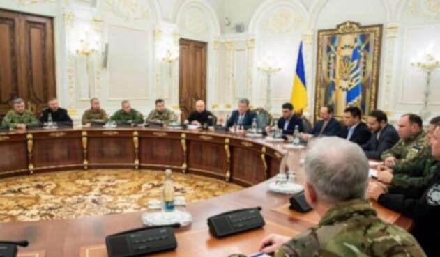 Presidente de Ucrania, Petro Poroshenko reunido con los altos mandos de sus Fuerza Militares.